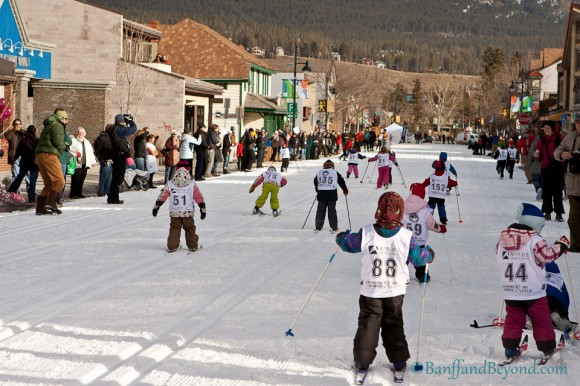 group-kids-racing-cross-country-nordic-skiing-main-street-downtown-canmore-winter-carnival