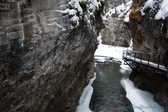 johnston-canyon-hiking-trails-banff-national-park-attraction-easy-walks