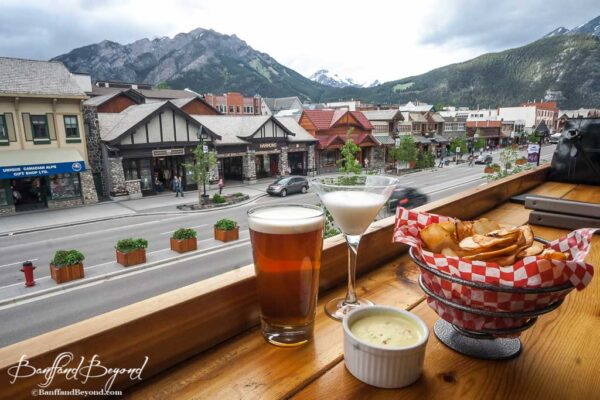 banff-pub-restaurant-balcony-view-good-food-drinks-mountains-lively-atmosphere