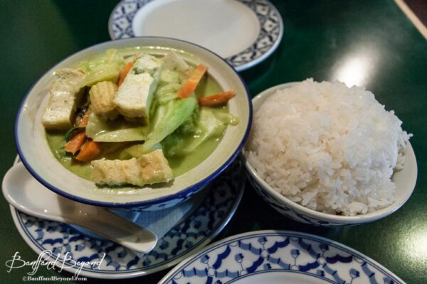 green-curry-vegetables-vegetarian-authentic-pad-thai-restaurant-cheap-food-banff-low-cost-cafe