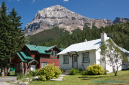 old-historic-houses-field-british-columbia-yoho-national-park-mountains-blue-sky-grass