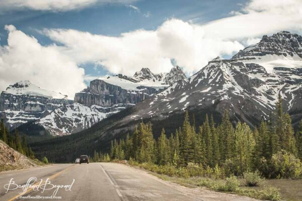 driving through the mountains on the icefields parkway