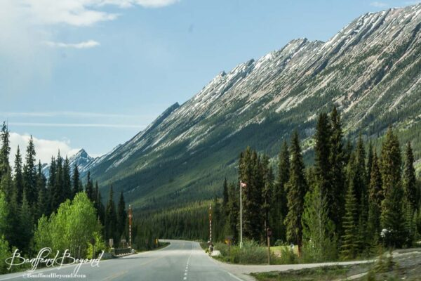 long mountain range running along icefield parkway