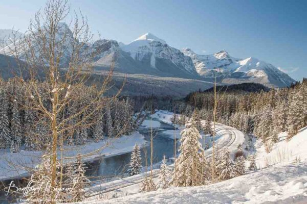 morants-curve-famous-photo-spot-lake-louise-historic-railway-mountain-scenery-views-bow-river-frozen-snow-winter-wonderland