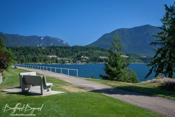 waterfront-walkway-nakusp-arrow-lakes-mountains-small-charming-town-british-columbia