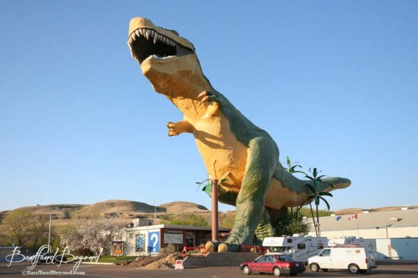 worlds-tallest-dinosaur-drumheller-visitor-center-tourist-attraction